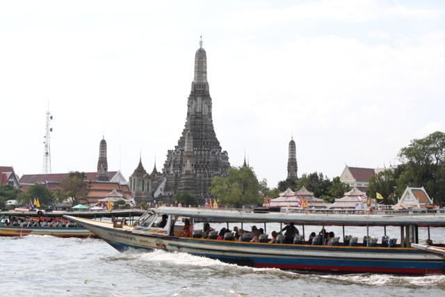 Rio Chao Phraya com Wat Arun ao fundo