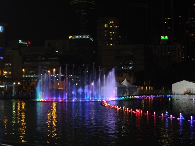 Festival de águas em frente às torres.